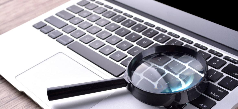 Vergrootglas op laptop weerspiegelt de vraag hoe advocaten zich in de markt zetten