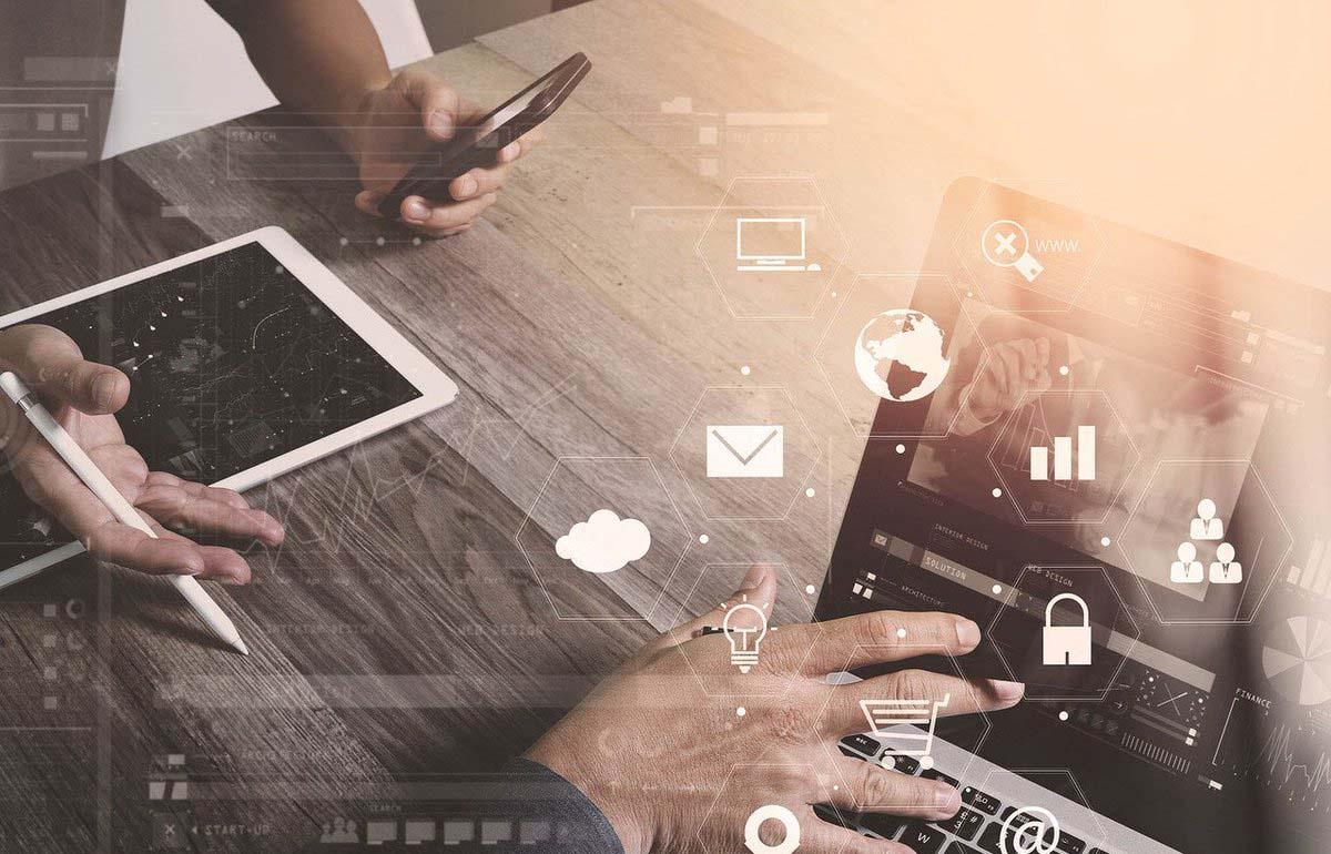 social media kanalen inzetten op laptop