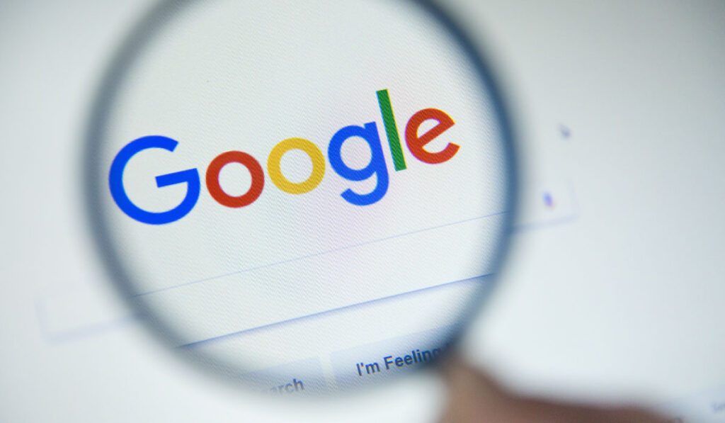 Iemand kijkt zijn positie in Google