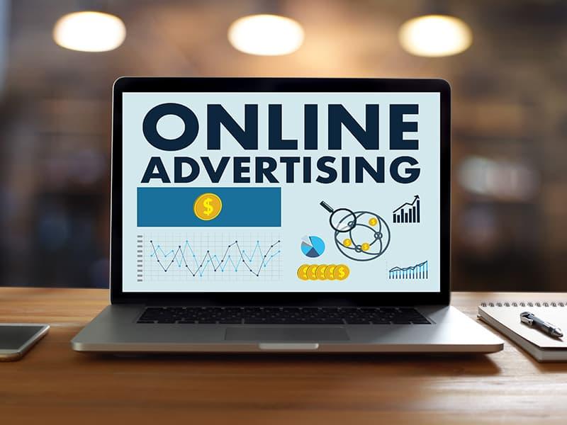 Online adverteren laptop met grafieken