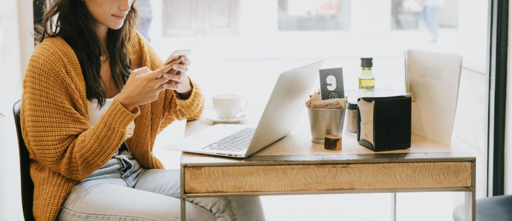 Vrouw gebruikt social media in openbare ruimte